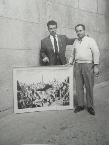 Pedro y Eusebio Sánchez Colorado junto a su galería de la calle de la Plata. Pedro Sánchez-Colorado (con chaqueta, a la izquierda de la foto) nos señala con la mano orgulloso un óleo de Toledo.Colección de Pedro Sánchez-Colorado