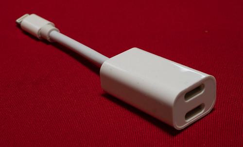 iPhoneで有線イヤホンと充電を同時に:Lightning二股アダプタを買う