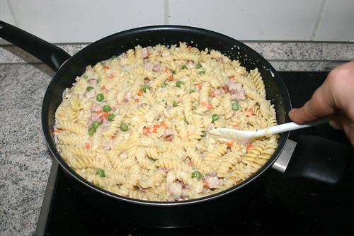 31 - Nudeln mit Sauce vermischen / Mix pasta with sauce