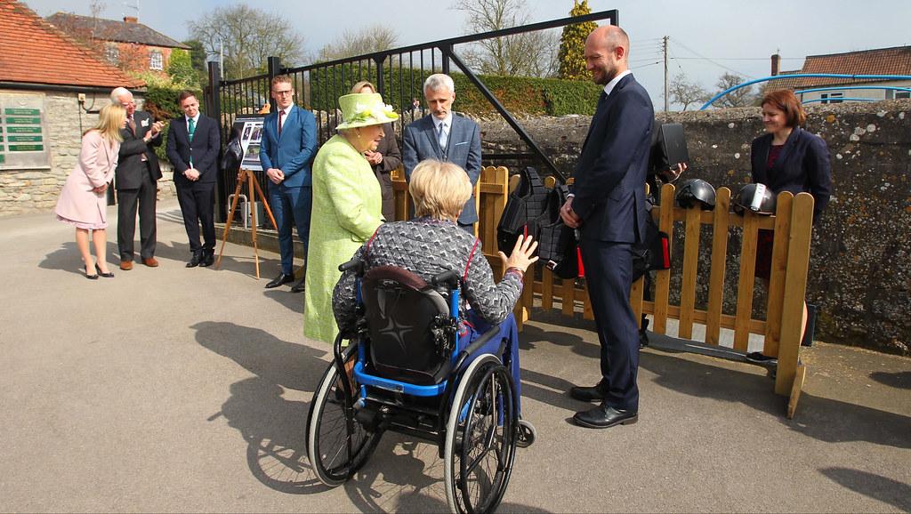 女王在萨默塞特的保罗·尼科尔斯赛马场会见了AG亚洲游戏的研究人员. (来源:Turfpix).