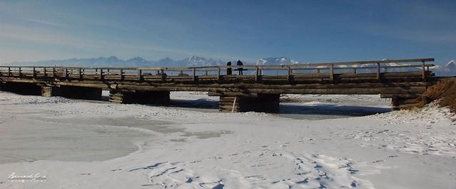 Pont sur la rivière Irkout, vallée de la Tounka devant les monts Saïan orientaux © Bernard Grua