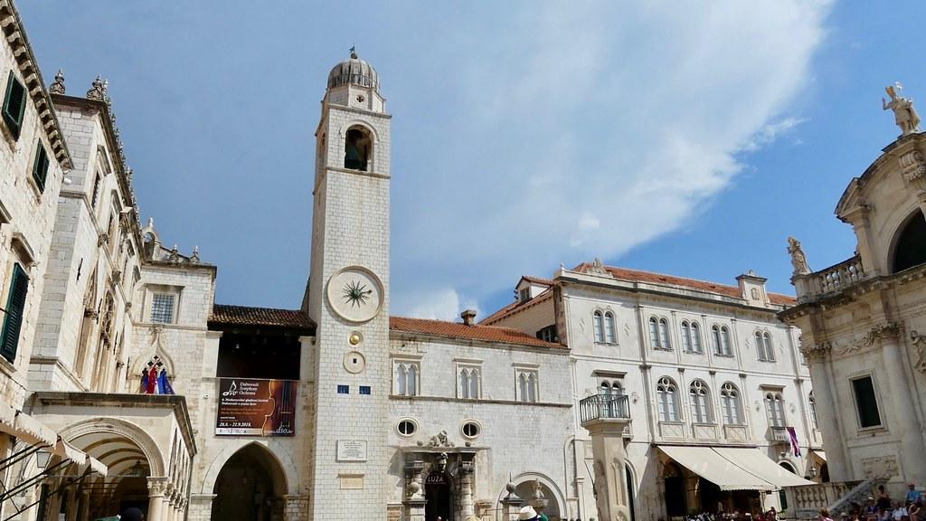 Croatie, Dubrovnik, Place de la Loggia (Luža), ancienne place du marché où se concentrent, autour de la colonne de Rolland, plusieurs édifices importants