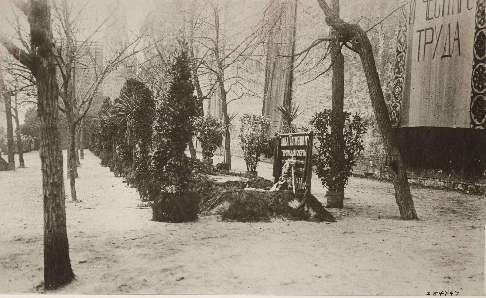 02. Украшенные могилы погибших большевиков. 6 февраля