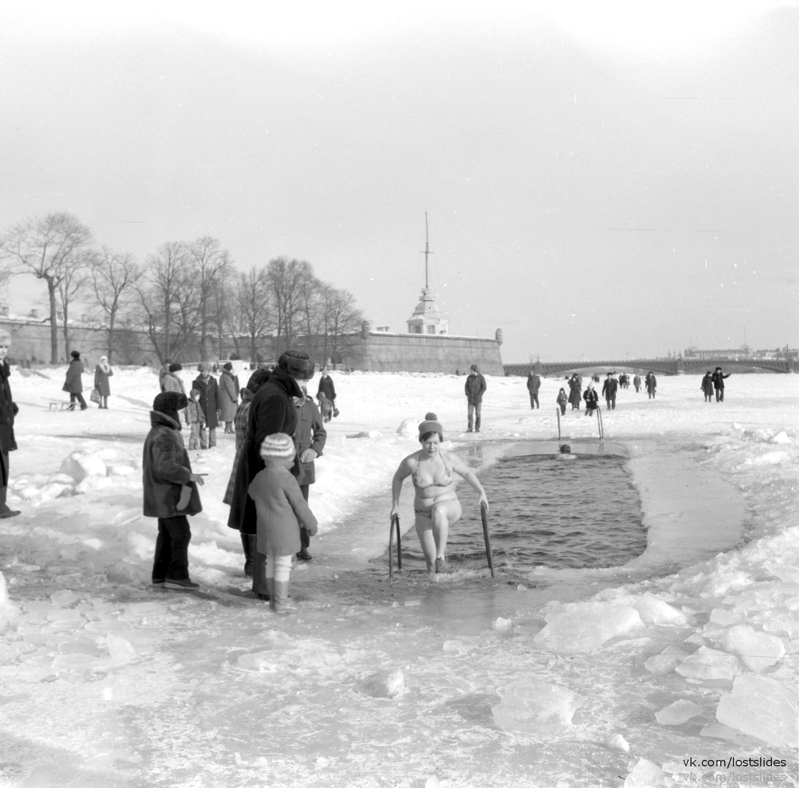 1982. Моржи у Петропавловской крепости.