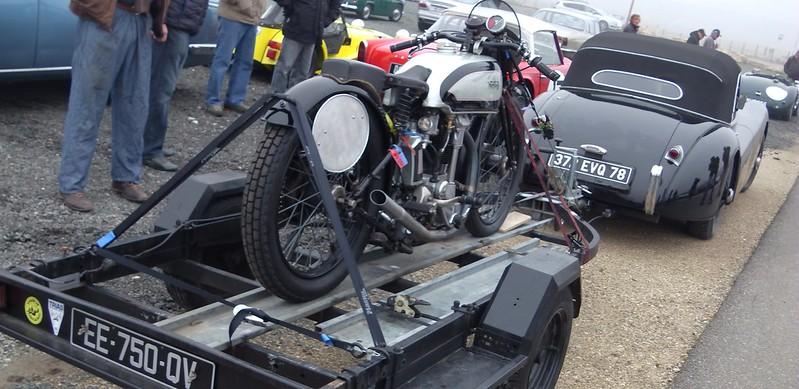Jaguar XK 120 et motocyclette Norton 47448586191_55bdb738b1_c