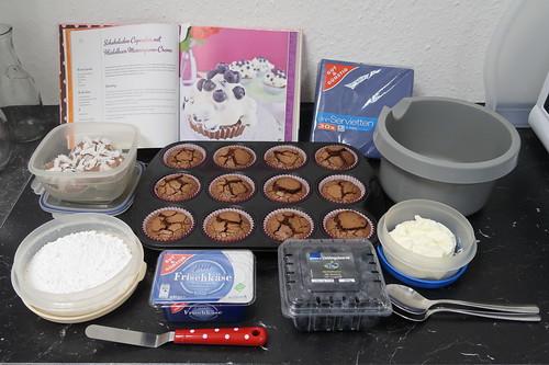 Zutaten für frisch zubereitete Schokoladen Cupcakes mit Heidelbeermascapone Creme und Schokoladen Cupcakes mit Mascapone Creme plus restliche Schoko-Kokos-Cupcakes mit Kokos Ganache