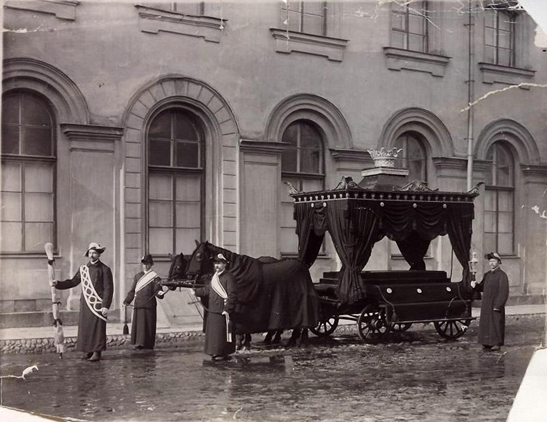 Парадный катафалк с факельщиками у Анненкирхе
