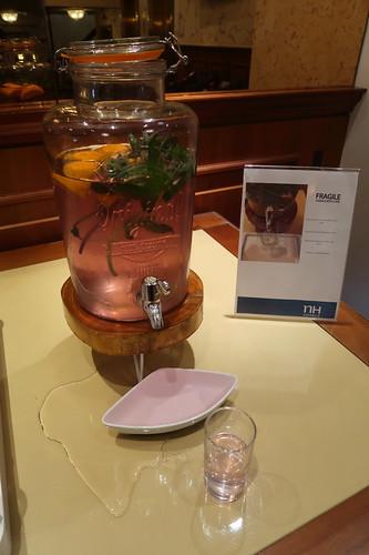 Kalter Tee (als kostenfreies Erfrischungsangebot im Foyer des Hotels NH Atlantic Den Haag)