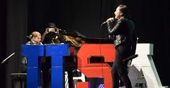 el-coro-femenino-de-tomelloso-levanta-de-sus-asientos-al-publico-del-gran-teatro-de-villarrobledo-con-su-espectaculo-musical-singing-america-25