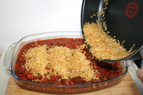 41 - Kritharaki in Auflaufform geben / Put kritharaki in casserole