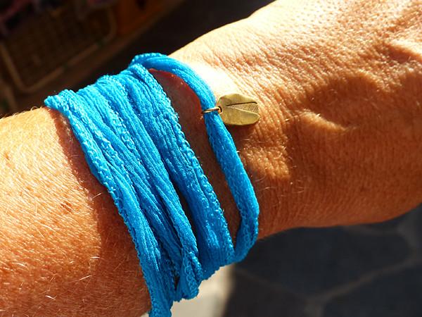 Pistache dorée sur ruban bleu