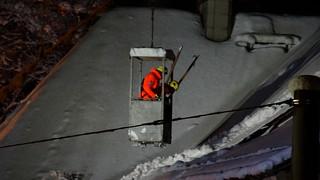 THW öffnet das Dach mit Kran und hebt Dachbalken - Dresden Weisser Hirsch 01960