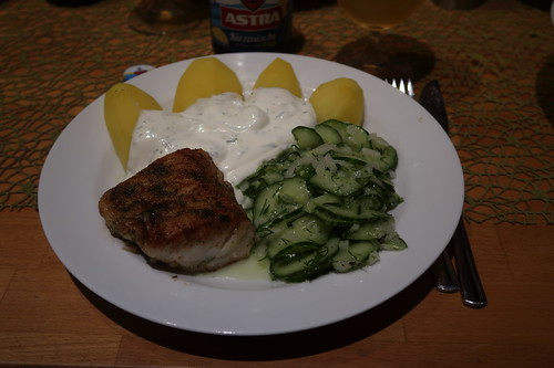 Lengfilet mit Joghurt-Dip, Salzkartoffeln und Gurkensalat