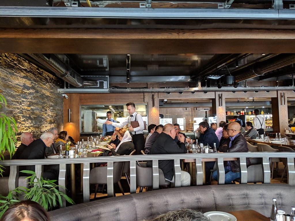 周末午餐座無虛席,可見品質與美味 伊朗人也看得見