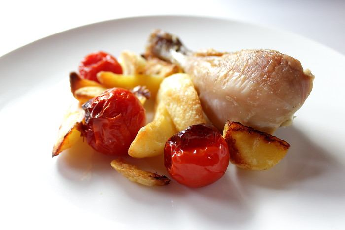 pollo al forno con patate e pomodorini arrosto