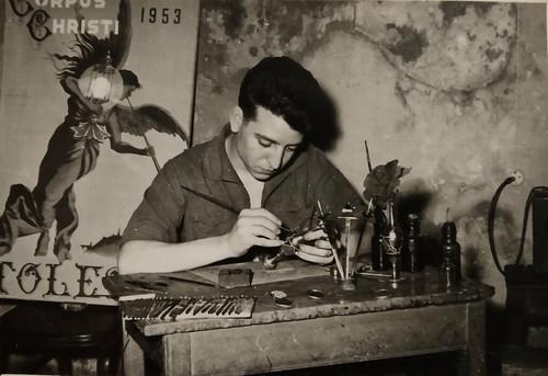 Pedro Sánchez-Colorado trabajando una pieza de Damasquino. Detrás de él, podemos ver colgado un cartel del Corpus Christi de 1953. Colección de Pedro Sánchez-Colorado