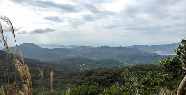 四林格山步道俯瞰西海岸(左側山頭為虎頭山)