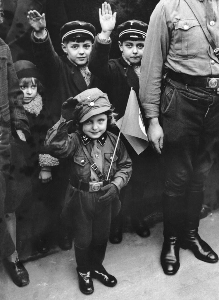 1933. Детям был предоставлен выходной день, чтобы отпраздновать успех нацистской партии на выборах 6 марта