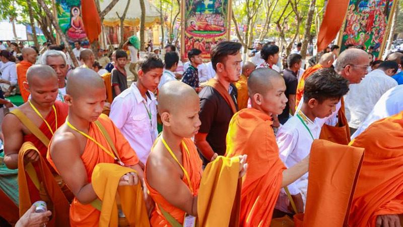 Magha Puja dirayakan di puncak Gunung Preah Reach Troap di distrik Oudong di Kampong Speu pada hari Selasa.