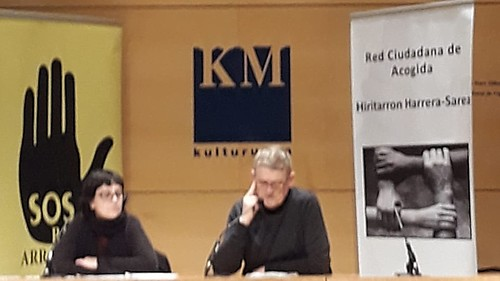 Momento de la rueda de prensa de SOS Racismo y Red Ciudana de Acogida de Donostia