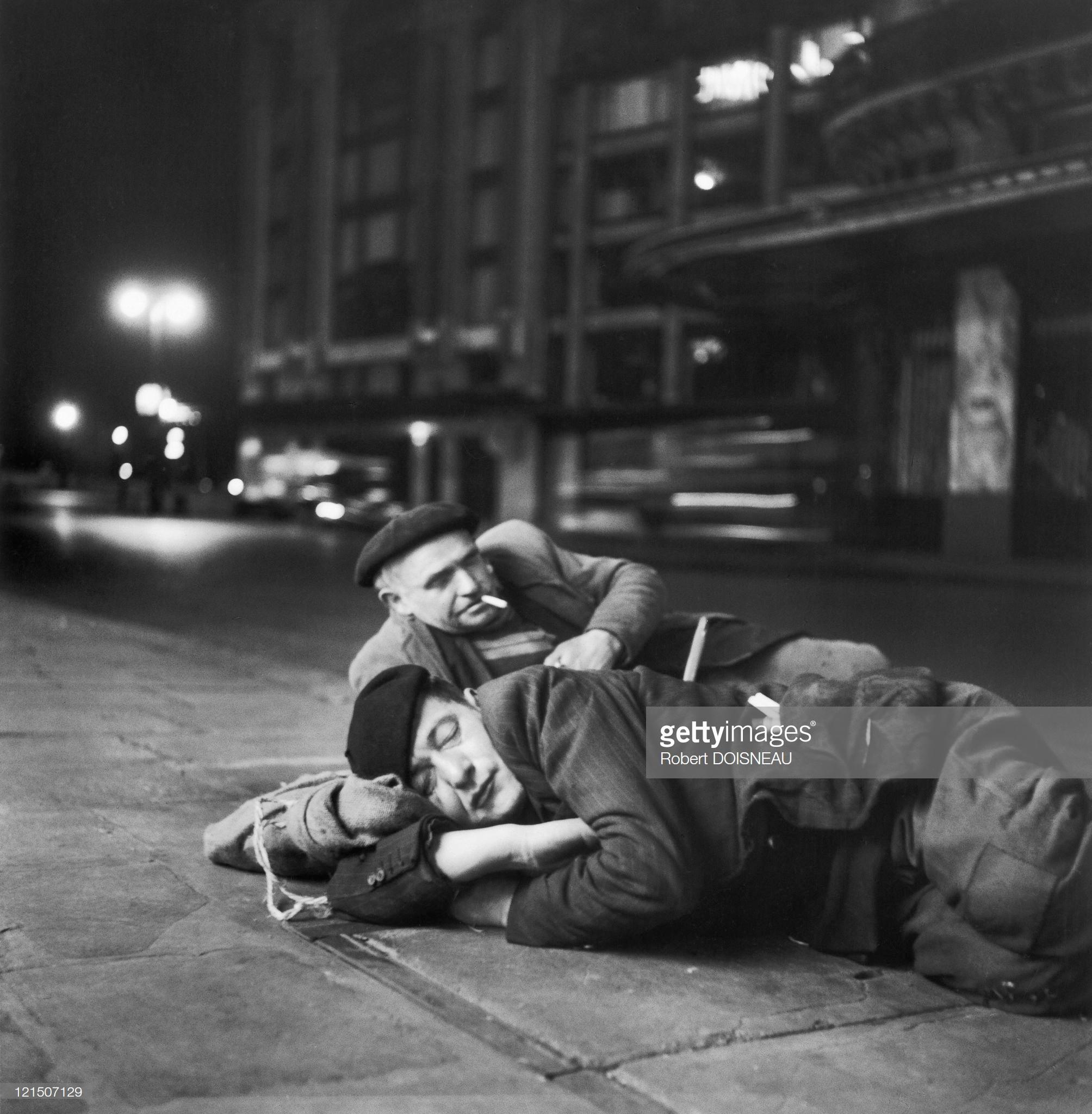 1952. Рабочие из Ле-Аль ждут, когда их заберут на улице Пон-Нёф