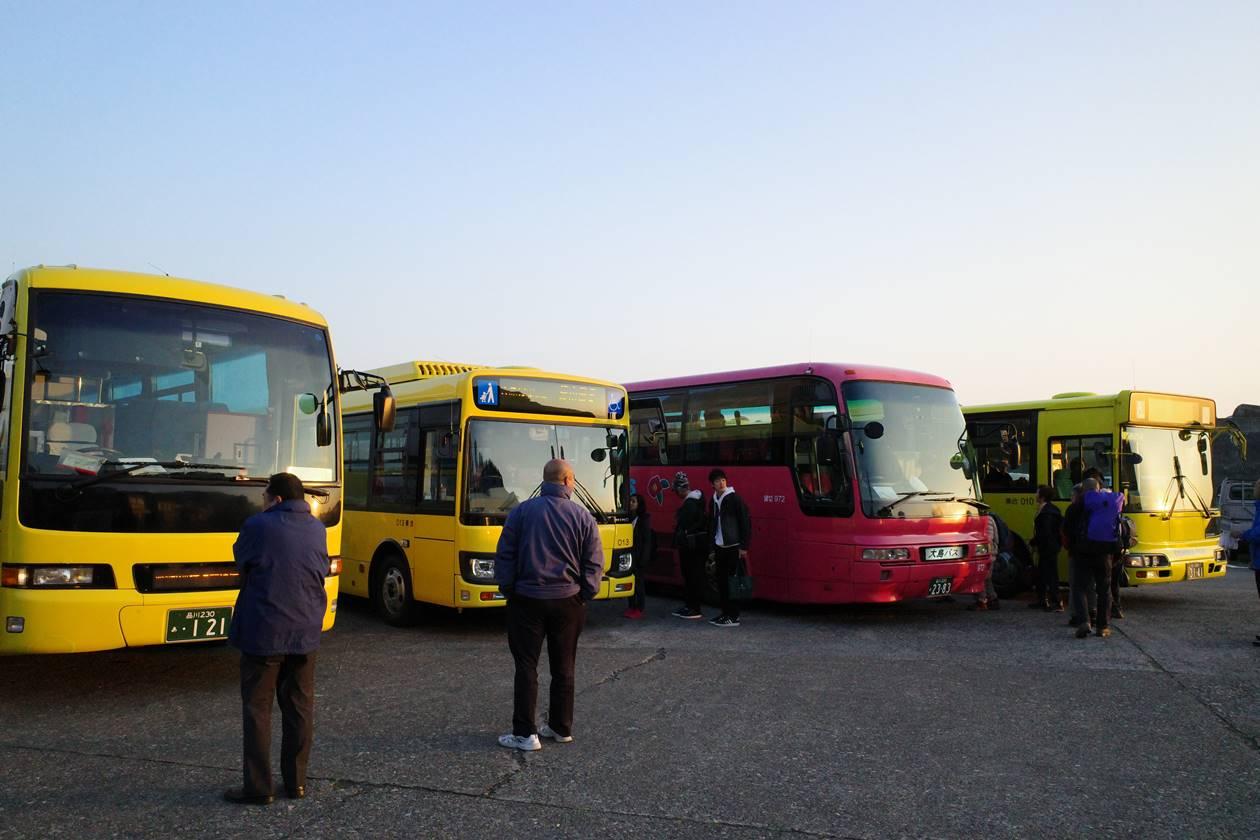伊豆大島 早朝の路線バス