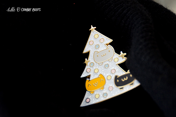 122418x5-cat-christmas-tree-pin
