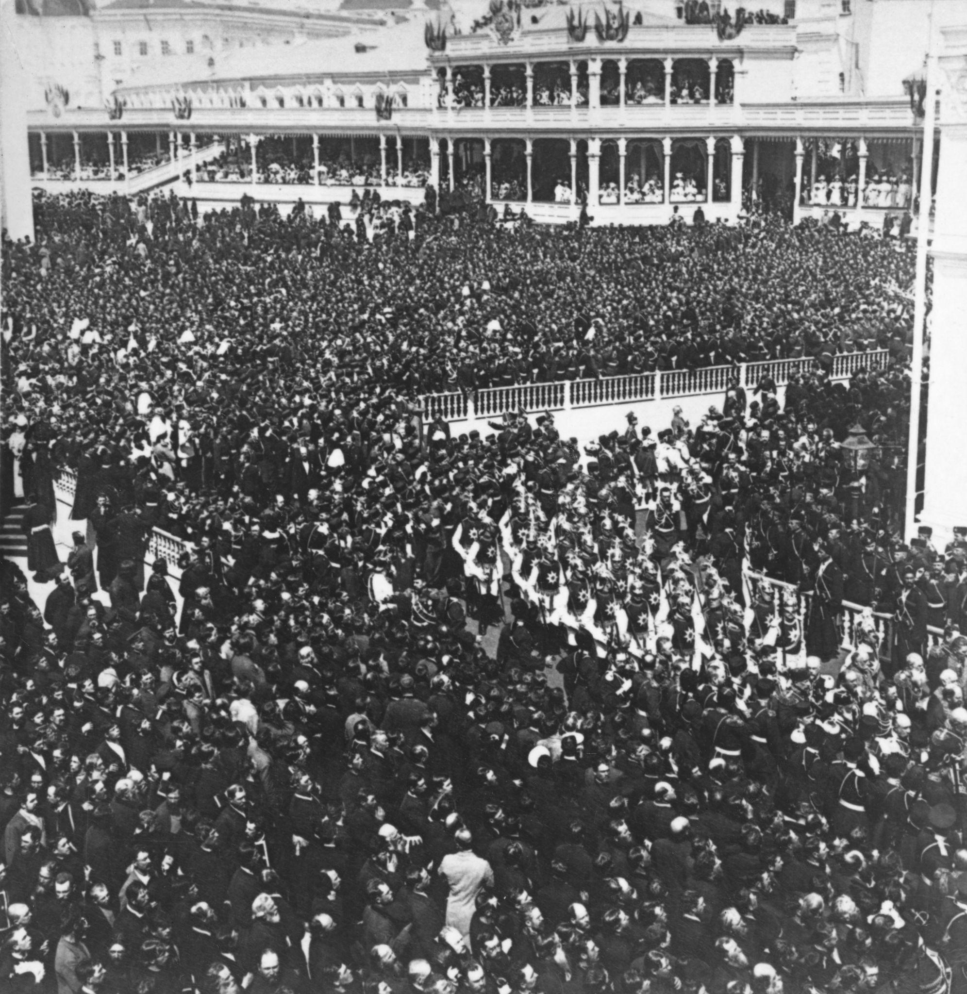 Толпы людей людей за пределами Кремля во время коронации Николая II