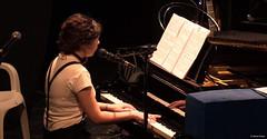 el-coro-femenino-de-tomelloso-levanta-de-sus-asientos-al-publico-del-gran-teatro-de-villarrobledo-con-su-espectaculo-musical-singing-america-21