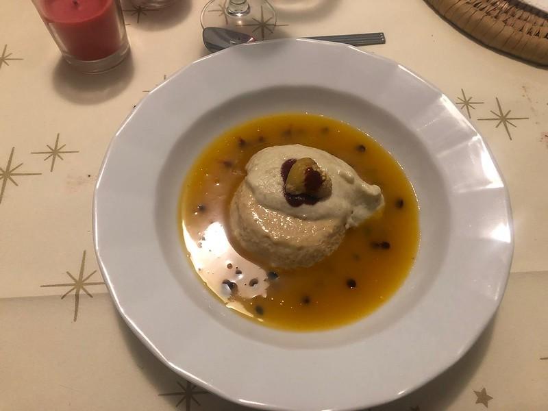 Cremoso de turrón sobre sopa de maracuya con espuma de castaña y lágrima de cereza