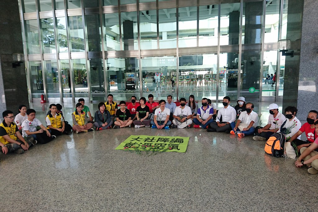 大社環境守護聯盟和民團在市府前靜坐聲援,要求都委會降編大社工業區。攝影:李育琴。