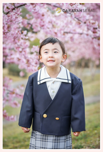 河津桜と女の子 制服を着て 幼稚園入園記念写真