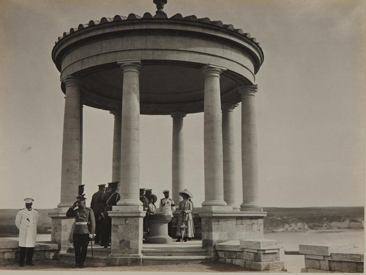 1912. Император Николай II с дочерьми в беседке