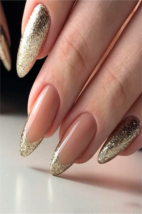 30+ Stunning Gold Nail Art Designs Trends 2019 #nail_art_designs #trendy_nails #golden_nails #glitter_nails