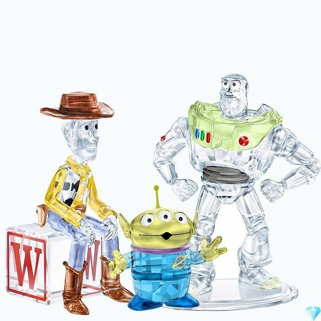 奢華總動員?!Swarovski《玩具總動員》警長胡迪、巴斯光年、三眼怪 Toy Story Sheriff Woody、Buzz Lightyear、Pizza Planet Alien 水晶裝飾擺件
