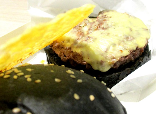 Black beef burger 2