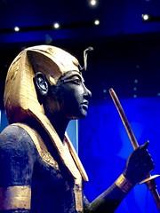 Statue en bois du gardien du Ka du roi, portant la coiffe Némès, 1336-1326 av. J.-C.