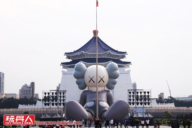 KAWS台灣!你必須來朝聖的台北新景點,中正紀念堂 36公尺巨大COMPANION 超壯觀!《KAWS:HOLIDAY》台北站 現場報導