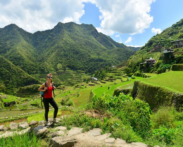 Maravillosos paisajes verdes junto a las montañas de Batad