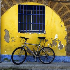 Bici gaditana apoyá bajo una ventana...