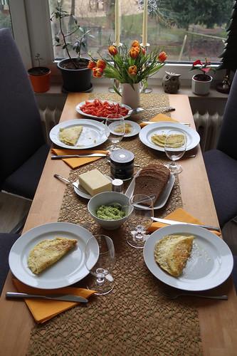 Spätes Frühstück an meinem Geburtstag (Tischbild)