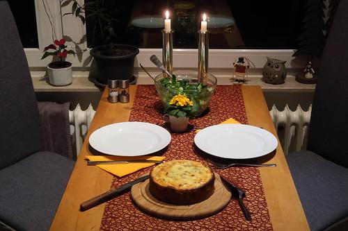 Kleine Champignon-Quiche mit Feldsalat (Tischbild)