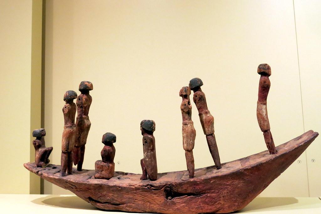 Barca con tripulación, Madera policromada, Reino Medio, Dinastía XII, 1939-1760 a.C., Las estatuillas no pertenecen a esta embarcación, pero debieron ocupar otra semejante,