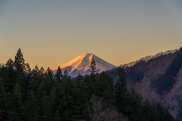 民家際より山道へ・・・振り返ると富士山