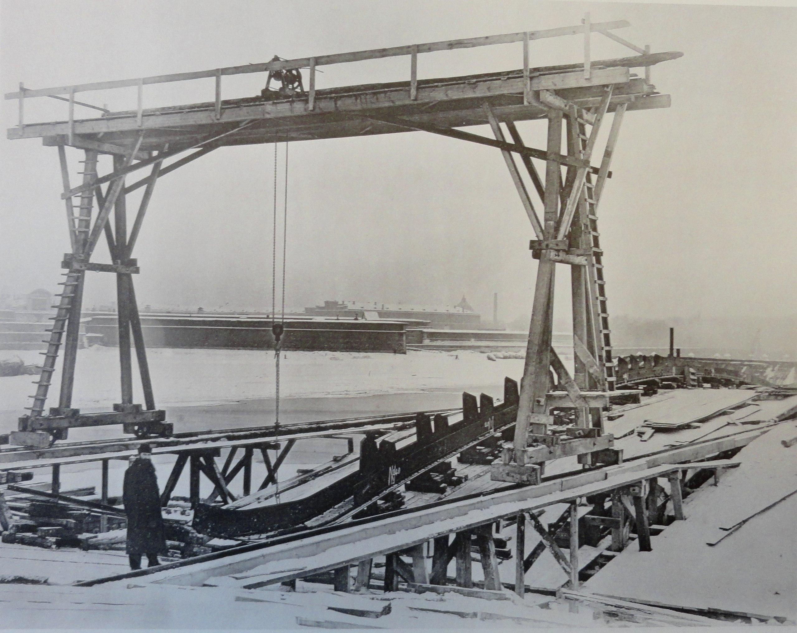 1901. Сборка на постоянных подмостьях ферм правого крайнего пролета. 6 января
