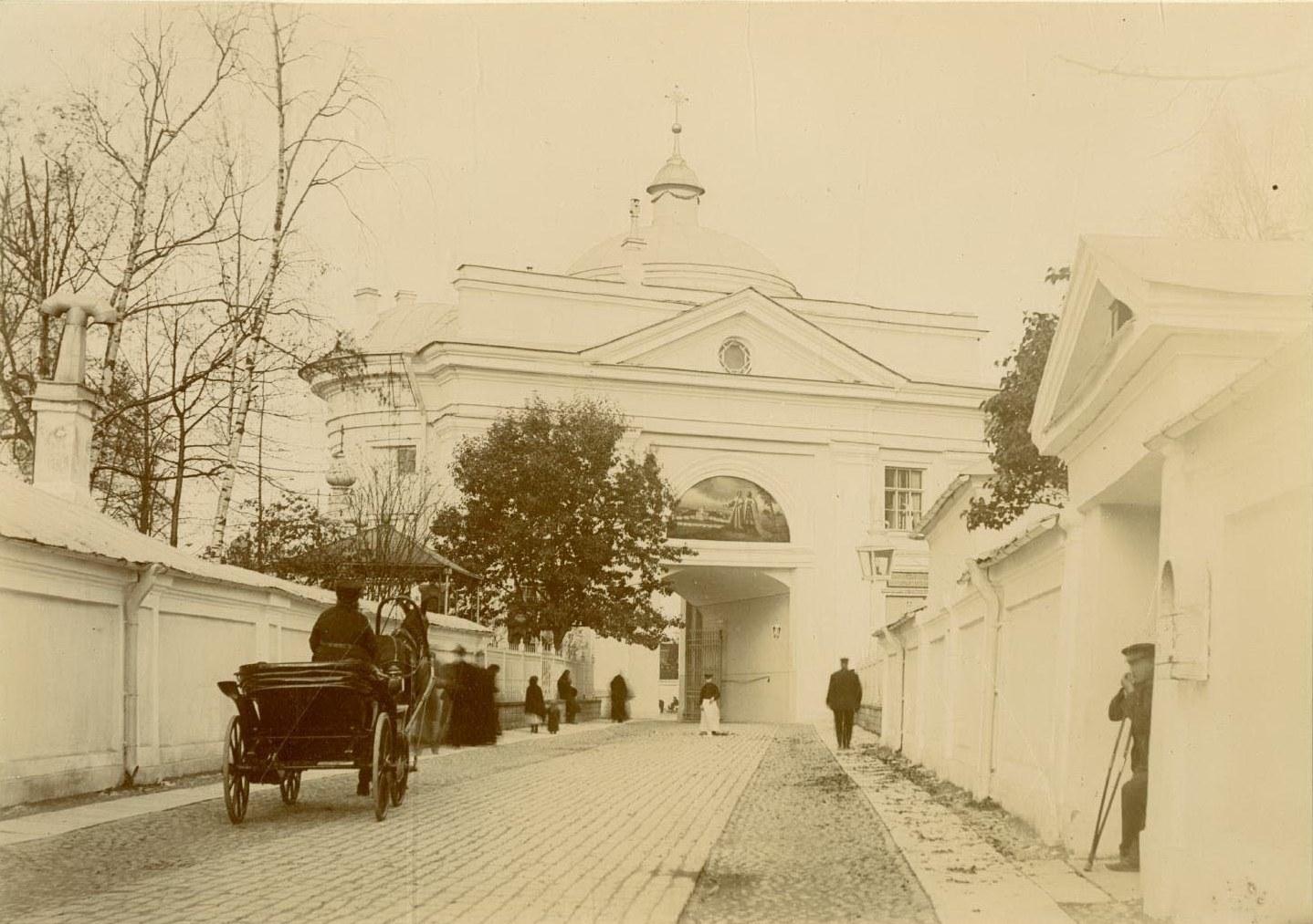 01. Святые врата со стороны Лаврского двора