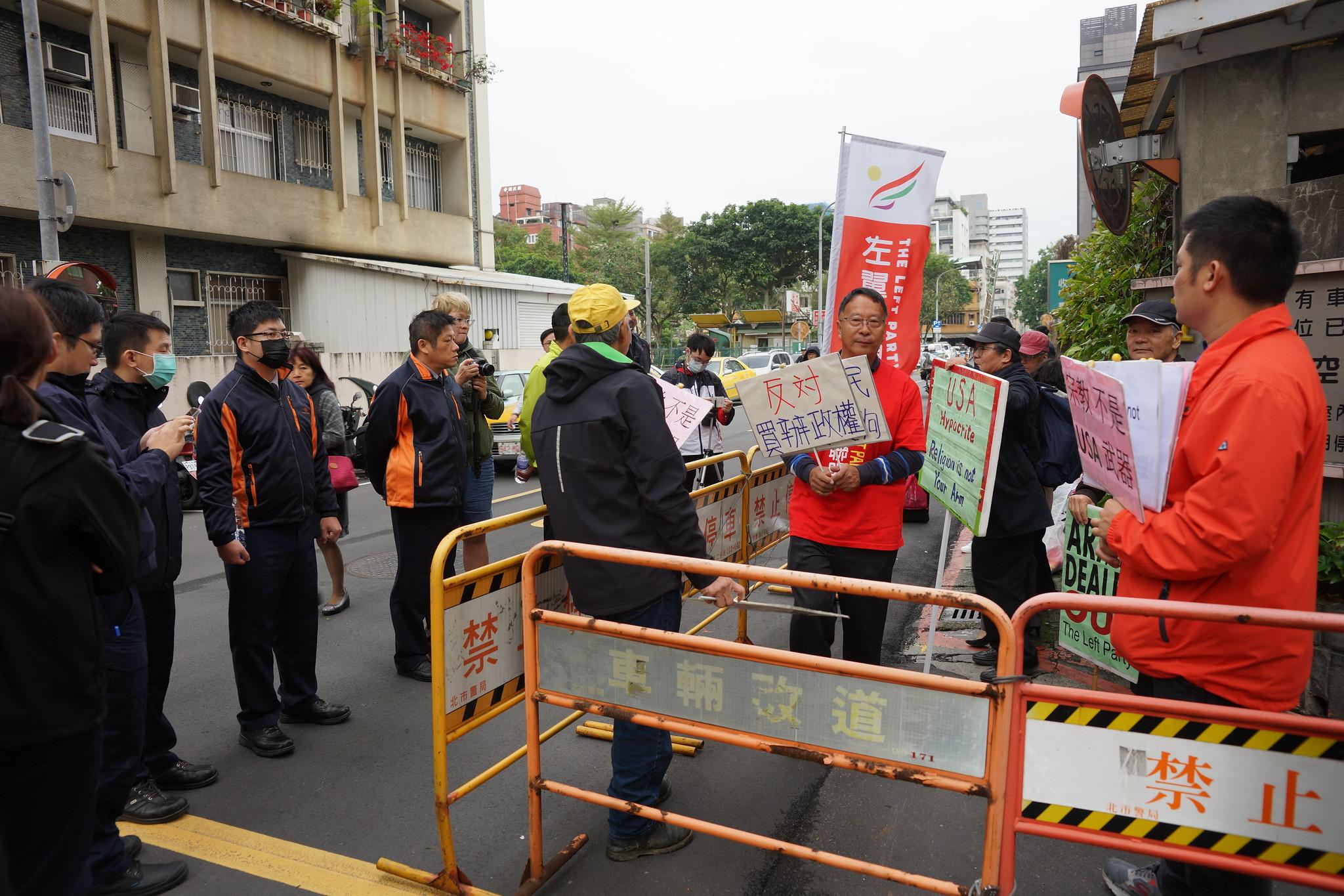 左翼聯盟遭隔離在福華飯店後方巷弄。(攝影:王顥中)