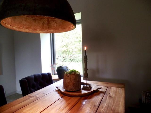 Grote lamp boven eettafel landelijk