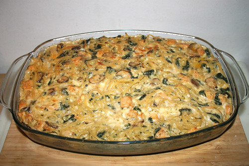 61 - Creamy Sriracha Chicken Alfredo Pasta Casserole with spinach & mushrooms - Finished baking / Cremiger Alfredo Nudelauflauf mit Sriracha-Hähnchen, Spinat & Pilzen - Fertig gebacken