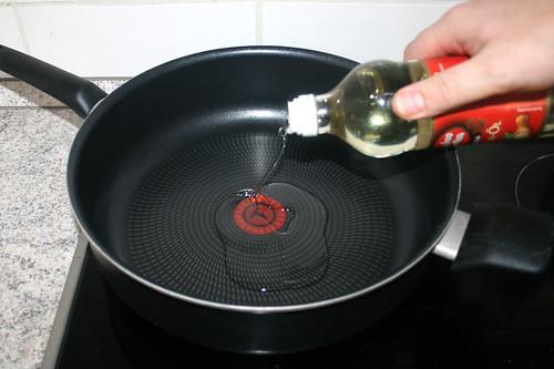 09 - Sesamöl in Pfanne erhitzen / Heat up sesame oil in pan